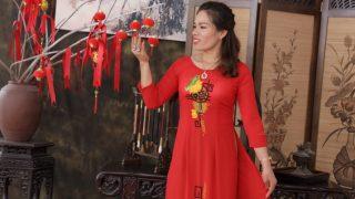 Chị Giang rạng rỡ trong bộ áo dài - trang phục yêu thích của chị sau khi giảm cân thành công tại Viện Thẩm Mỹ Korea