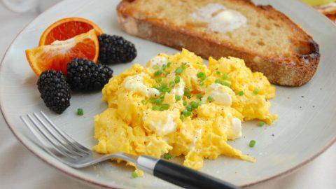 Chỉ với một miếng bánh mì và một quả trứng bạn đã có ngay một bữa sáng vừa nhanh chóng vừa lành mạnh trong giai đoạn giảm cân rồi