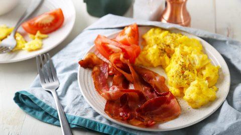 Chỉ cần vài miếng thịt xông khói, trứng và vài miếng hoa quả là bạn đã có ngay một bữa sáng giảm cân hoàn hảo rồi phải không nào?