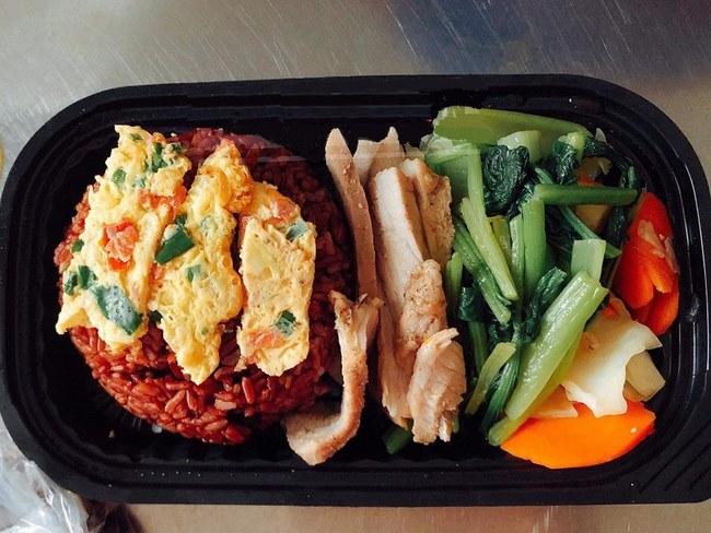 Thực đơn giảm cân cho nữ tập gym với gạo lứt, trứng chiên, thịt nạc và rau củ vừa đẹp mắt vừa ngon miệng
