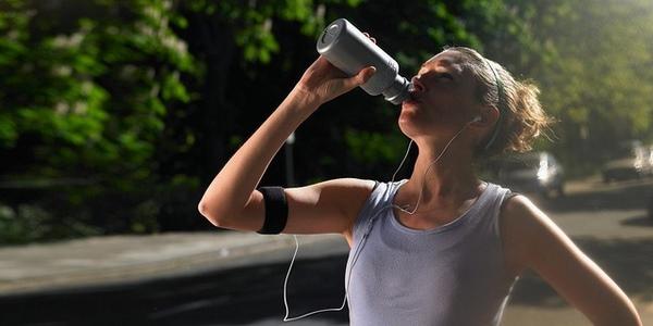 Uống nước cũng là một cách giảm mỡ bụng bằng nước đá