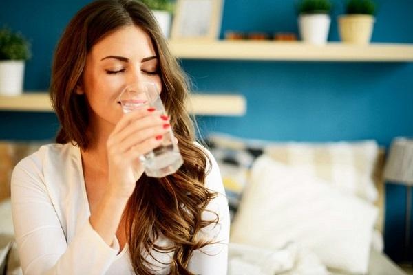 Uống nước loại bỏ các độc tố nhờ đó hỗ trợ giảm mỡ bụng sau sinh hiệu quả