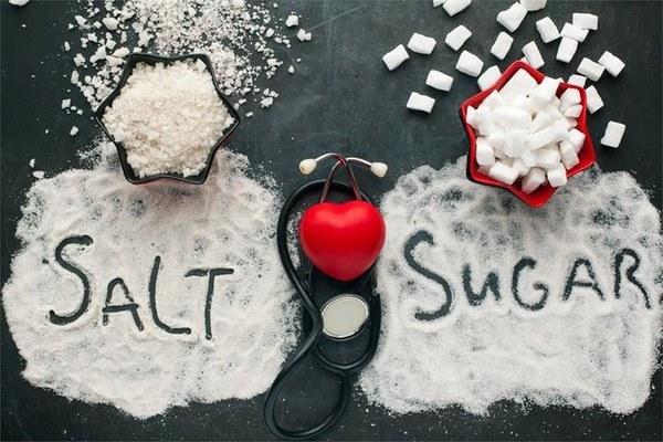 Cả đường và muối đều không tốt cho kế hoạch giảm mỡ bụng sau sinh của bạn