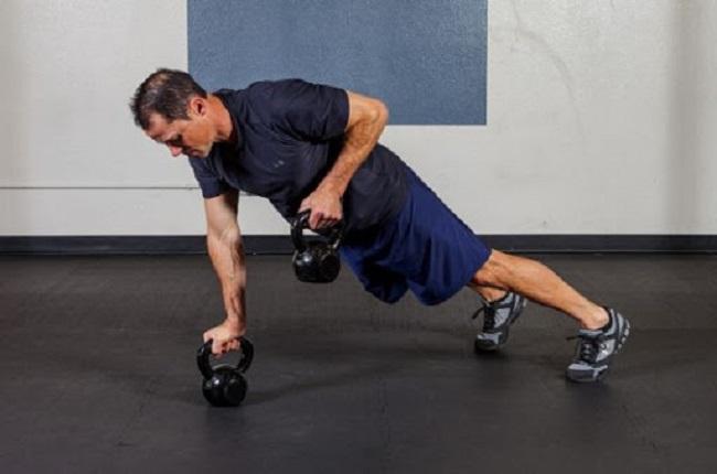 Chống đẩy với tạ giúp giảm mỡ, làm săn chắc cơ rất hiệu quả