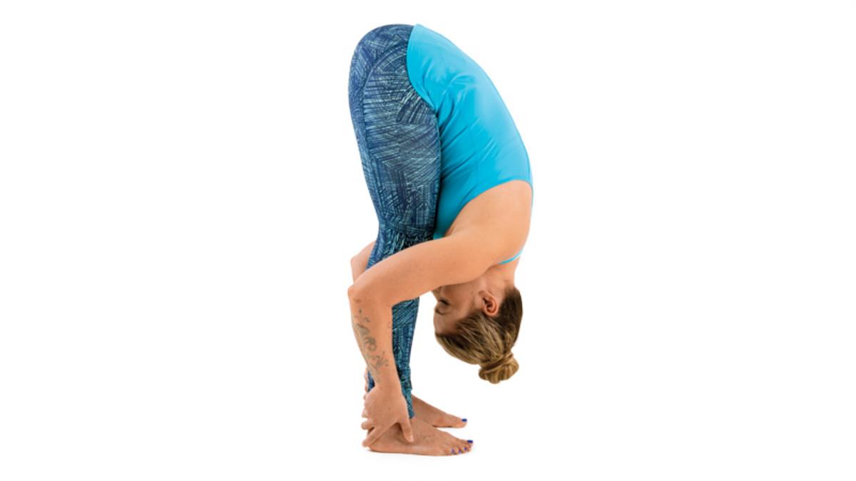 Bài tập đứng gập người khiến các cơ bụng phải hoạt động tối đa giúp giảm mỡ hiệu quả