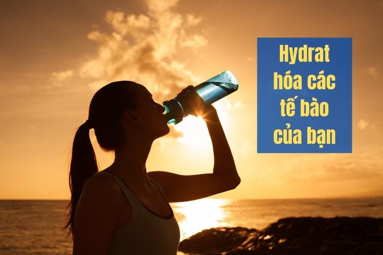 Uống đủ nước cũng là cách giảm eo hiệu quả nhờ quá trình trao đổi chất, tăng khả năng đốt cháy calo